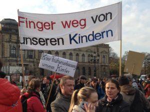 Besorgte Bürger vor der Dresdner Semperoper (Foto: Nollendorfblog)